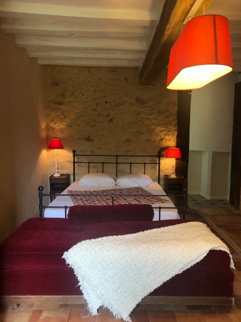 Chambre du rez de chaussée avec murs à la chaux, tomette et ambiance tamisée