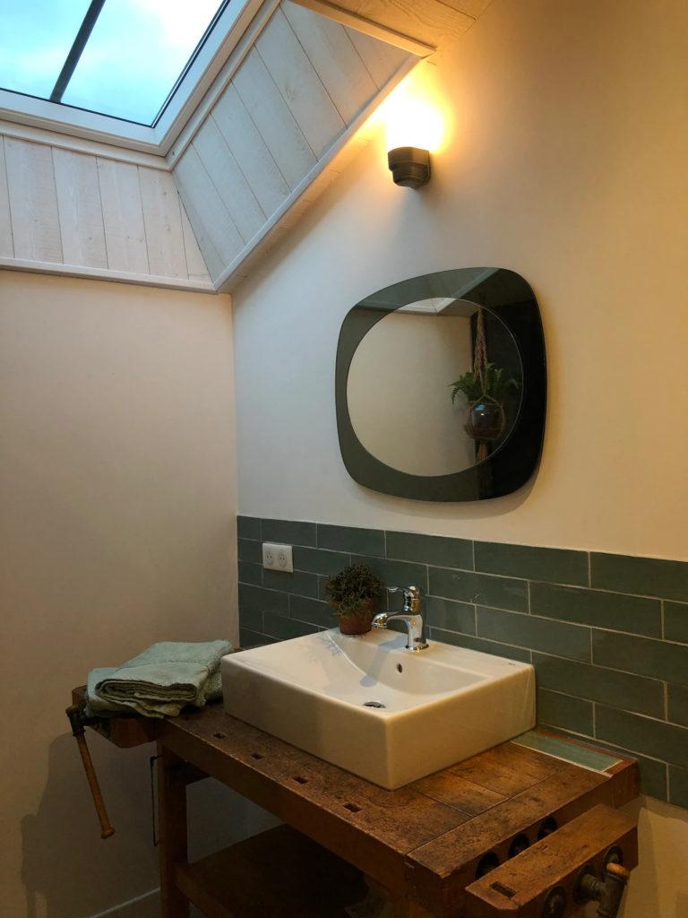 La salle d'eau et son évier qui est un ancien établit reconvertit