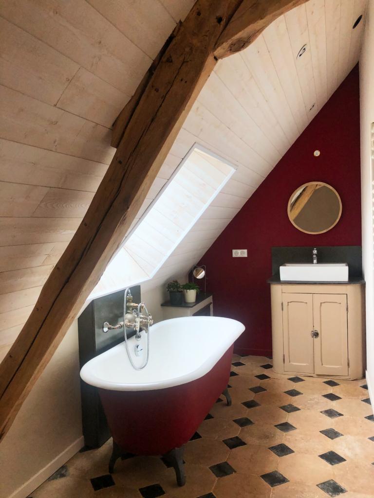 Salle de bain avec baignoire ancienne n fonte