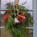 Décoration de Noël sur porte de la maison faite de sapin, corde et cloche